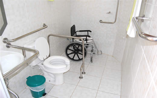 Banheiro adaptado para pessoas com pouca mobilidade