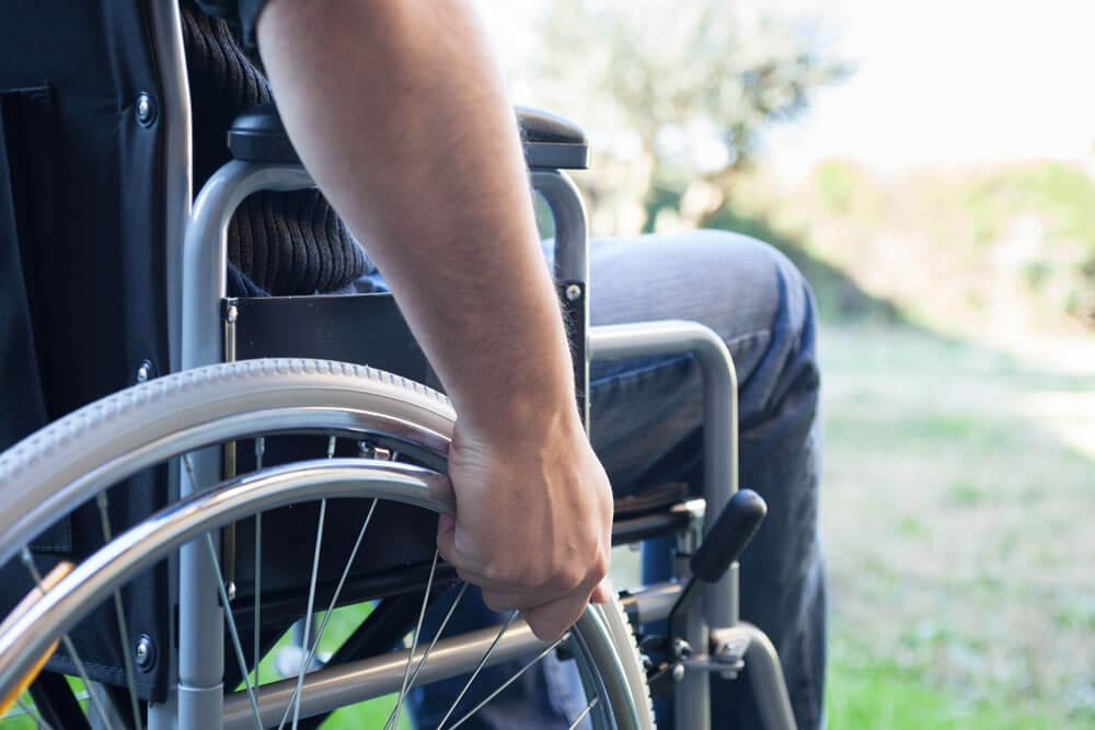 Cadeiras de rodas dobráveis em X ou monobloco? Entenda qual é a diferença e escolha o modelo ideal